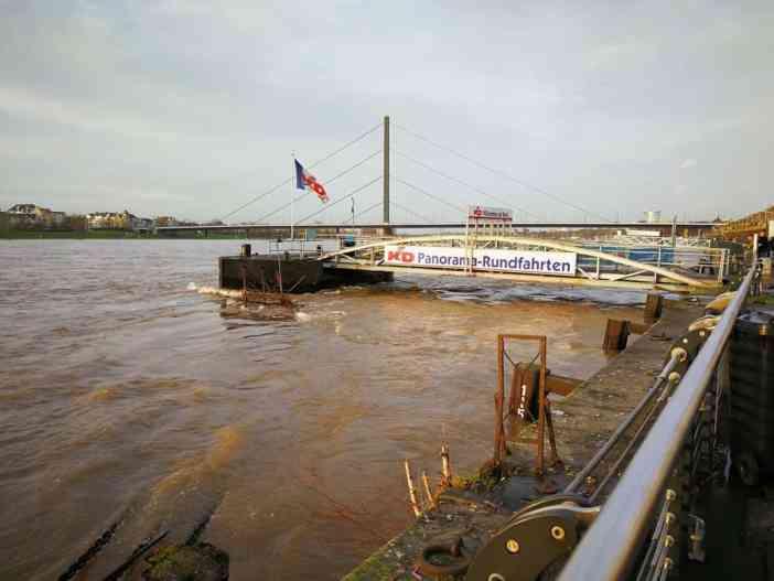 2018: Ein Steiger am Unteren Rheinwerft bei auflaufendem Hochwasser (Foto: TD)