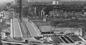 Blick nach Oberkassel während des Brückenneubaus 1976