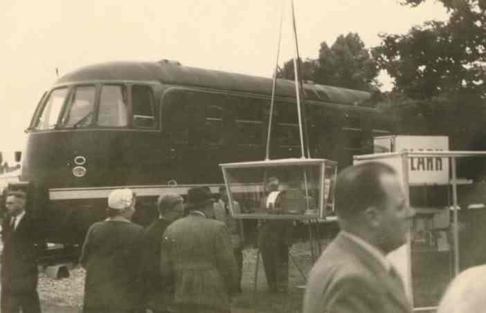 Besucher der Ausstellung bewundern moderne Loks (Bildrechte: WDR/jäche via digit.wdr.de)