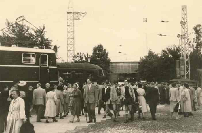 """Besucher der Ausstellung """"Alle sollen besser leben"""" von 1953 (Bildrechte: WDR/jäche via digit.wdr.de)"""