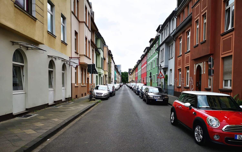 Füsilierstraße - durch diese schmale Straße muss man kommen...