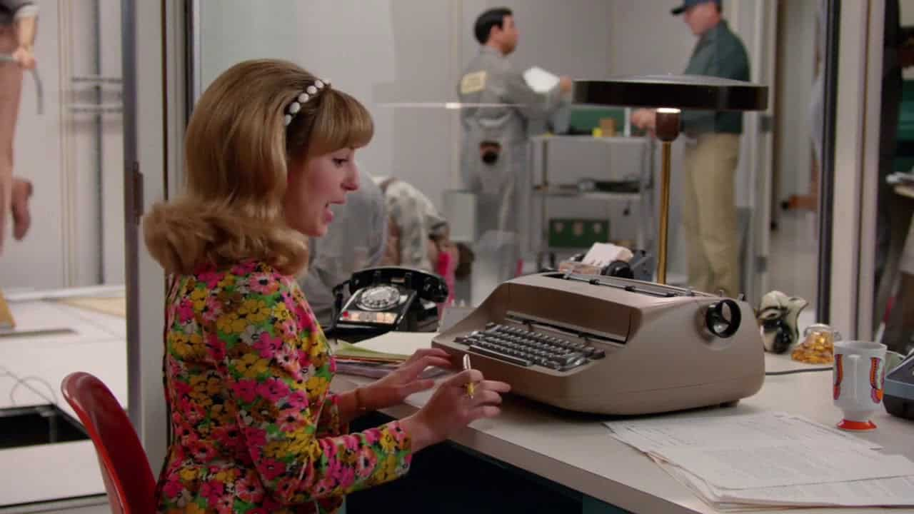 "Sekretärin in den 70ern - Screenshot aus der Serie ""Mad Men"""