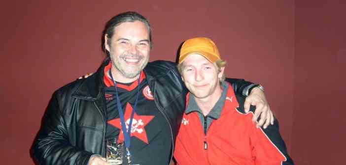 Ihr Ergebener im Hosen-Trikot mit Frank Mayer im Jahr 2005 bei der legendären Party zum Spiel gegen St. Pauli (eigenes Foto)
