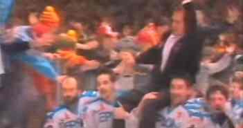 DEG 1992: Die Spieler tragen Hans Zach auf den Schultern (ZDF-Screenshot)
