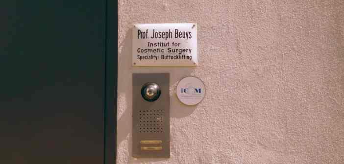 Erinnerung an Joseph Beuys am Eingang der JSC (eigenes Foto)