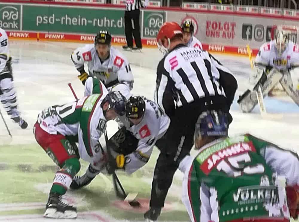 DEG vs Krefeld: Action beim Bully (Foto: Smicek)