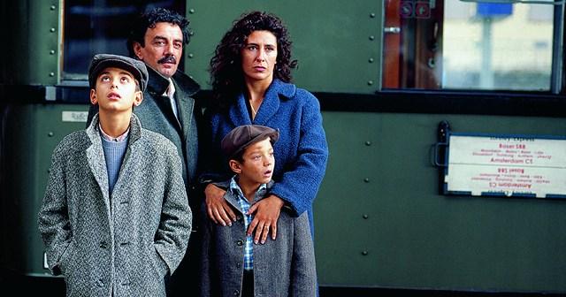"""Die Familie Amato kommt an (Foto: """"Solino"""" von Fatih Akin)"""