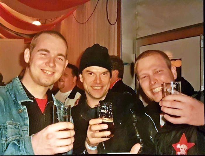 Tim (3. v.l.) und zwei andere Fans beim Aufstieg 2004 (Foto: privat)
