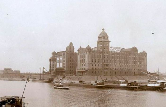 """Die Plange-Mühle in ihrem """"Urzustand"""", der bis 1934 bestand (Foto: Stadtarchiv)"""