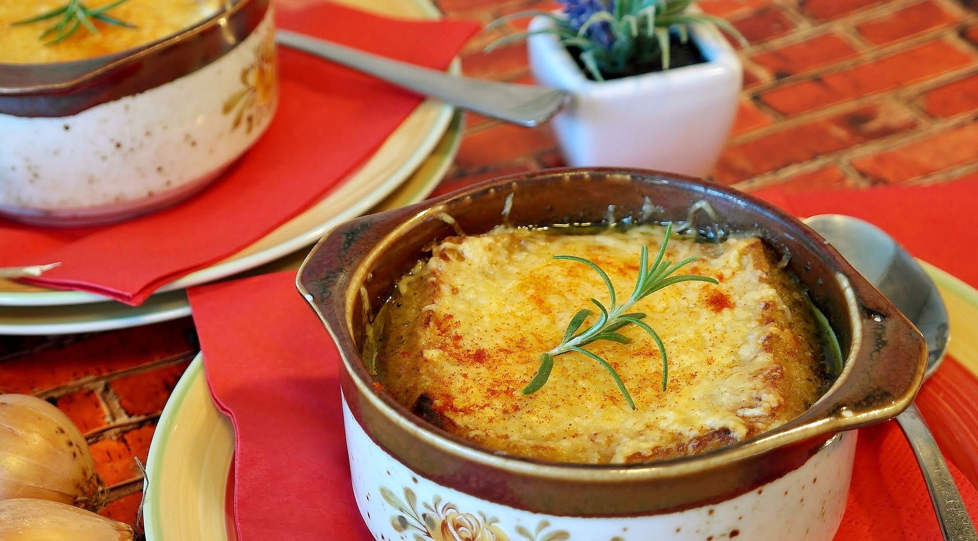 So schön kann eine Zwiebelsuppe aussehen (Foto: RitaE via pixabay)