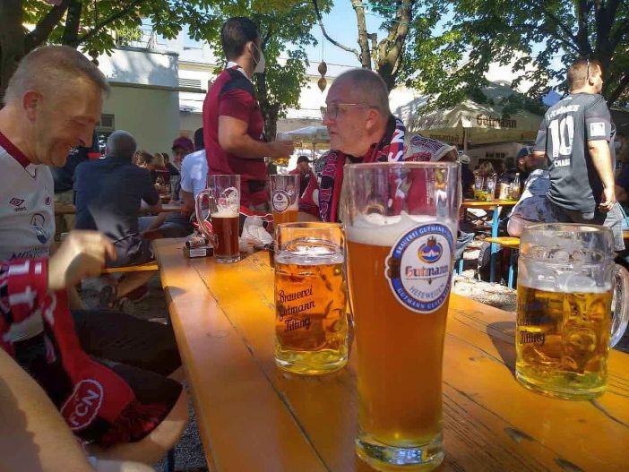 Nünrberg vs F95: Vorglühen der Auswärtsfahrer im Biergarten (Foto: H. Kendelbacher)