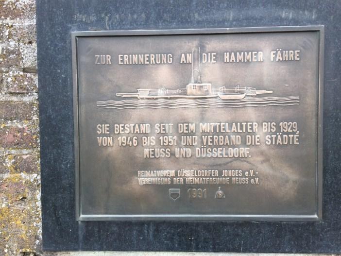 Erinnerungstafel an die Hammer Fähre auf dem Neusser Rheindeich (Foto: TD)