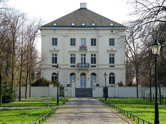 Das wunderschöne Herrenhaus Mickeln (Foto via Wikimedia - siehe Bildnachweis unten)