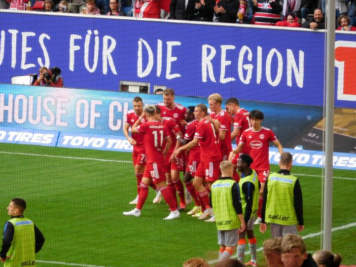 F95 vs SCP: Der Jubel nach Hennings' versenktem Elfer (Foto: TD)