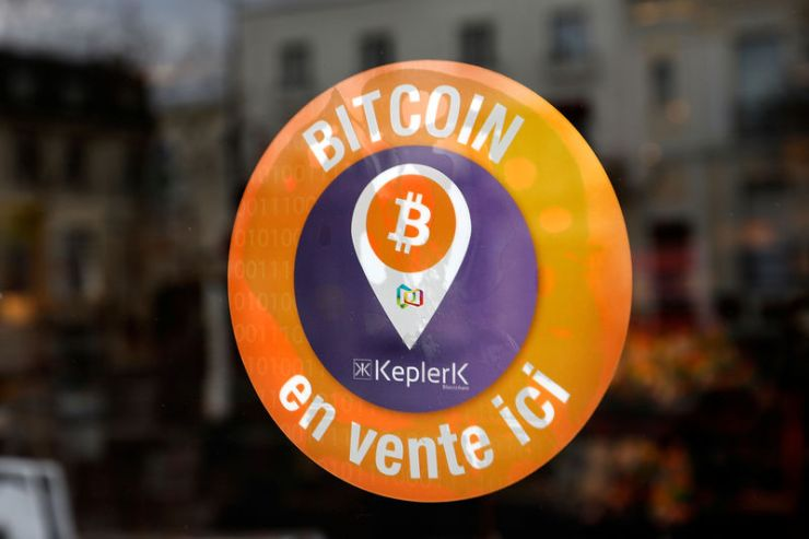 © Reuters. A sticker of French startup Keplerk, indicating that clients can purchase bitcoins, is seen on a tobacco shop at Rueil-Malmaison