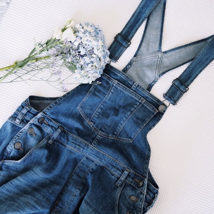 flat_lay_dungarees_on_bed_flowers