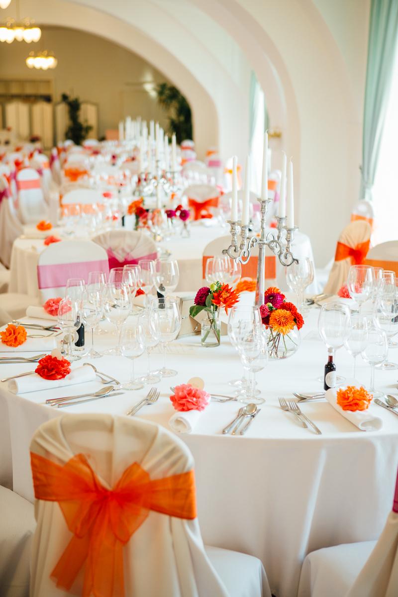 Bunte Vintage Hochzeit im Schloss in rot orange pink
