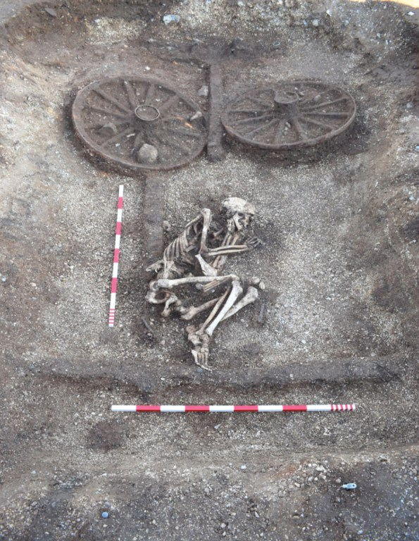 ABOVE RIGHT Excavated by the MAP Archaeological Practice in 2016 2017, the Wolds /Humber cemetery revealed seven round barrows of middle Bronze Age date, containing 13 cremation urns at the southern side of the site. Ten Iron Age square barrows were found to the north-west, including this chariot burial (Barrow 720) with an intact skeleton buried in a crouching position and all the key structural elements of the dismantled chariot surviving.