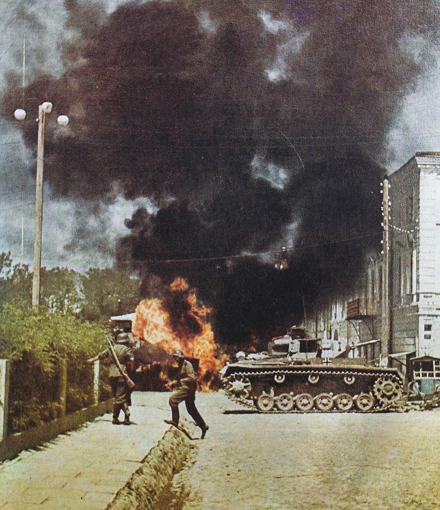BELOW LEFT Street fighting in the Ukraine during Operation Barbarossa.