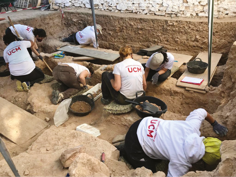LEFT Archaelogists and anthropologists at work in the graveyard at Almagro.