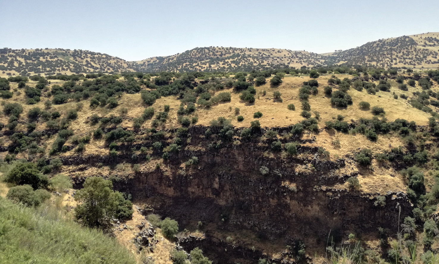 right & below The varied landscape of the southern Levant ranges from the uplands of the Golan to coastal regions. The resources these areas offer are reflected in Bronze and Iron Age diets, but present different challenges to zooarchaeologists. The size and fragility of fishbones, for example, mean that sieves are usually needed to recover them.
