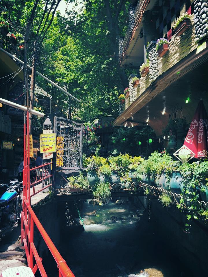Di Darband, sepanjang jalan pendakian, kanan dan kiri dipenuhi restoran, dihiasi aliran sungai dan beberapa air terjun kecil.