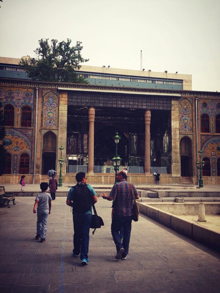 Berjalan di pelataran Golestan palace dengan Mohammed, teman kami.