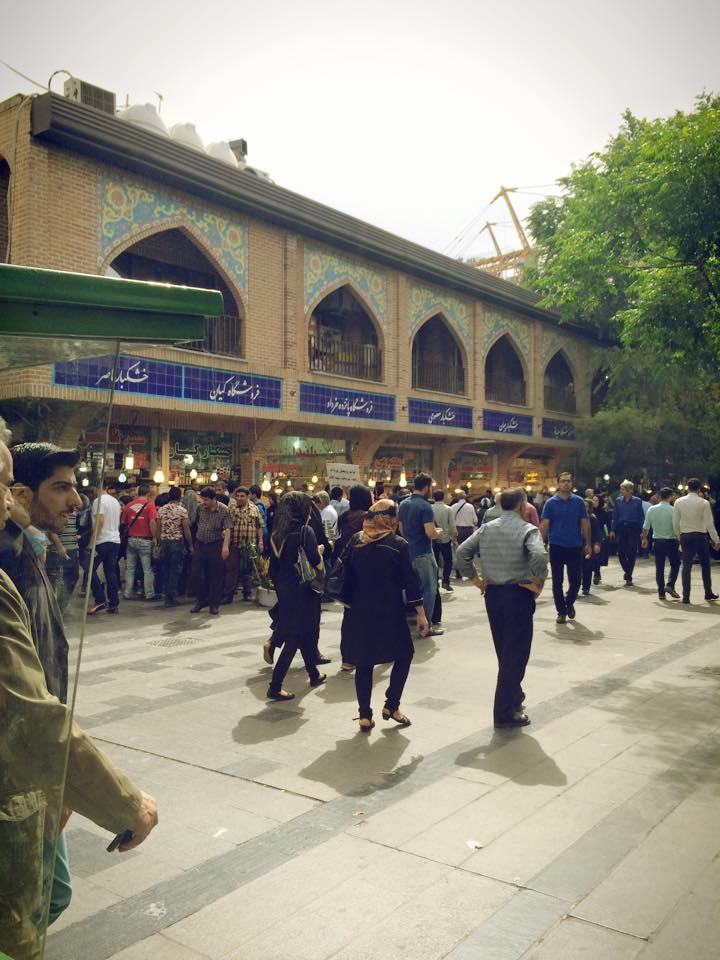 Suasana di luar Tehran Grand Bazaar