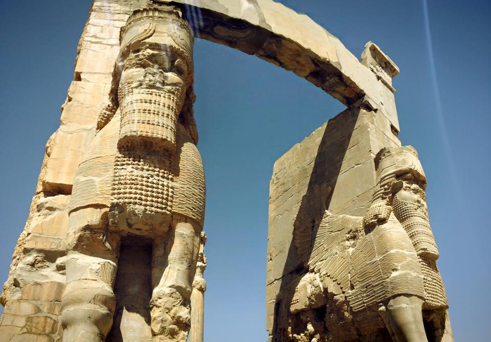 Gate of All Nations. Disebut demikian karena dilewati kontingen dari berbagai negara yang berkunjung ke kerajaan Persia kuno.
