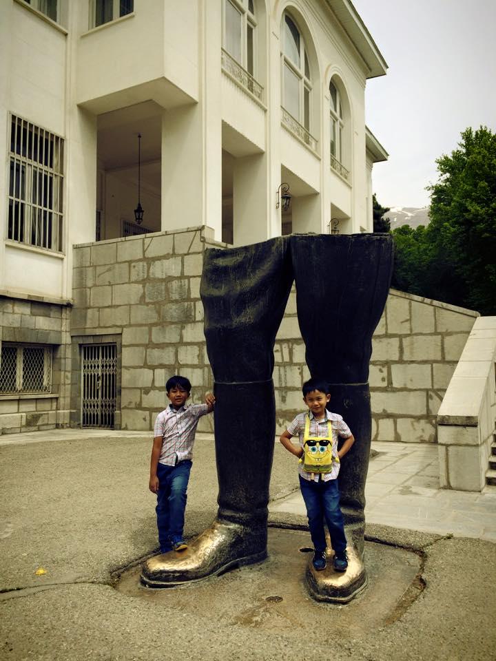 Shah sangat bangga dengan kemiliterannya. Patung military boot ini dibuat atas kebanggaannya akan militer Iran.