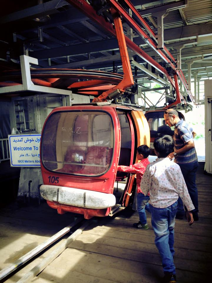 Telecabin yang sudah cukup tua umurnya, membawa penumpang naik sampai ke Stasiun 5.