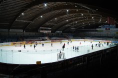 Kleefeld ice skating stadium (c) Bobanaut CC BY-SA 3.0-min