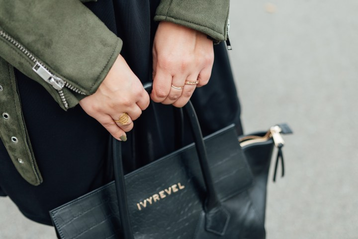 Swiss blogger wearing black ivyrevel bag in autumn
