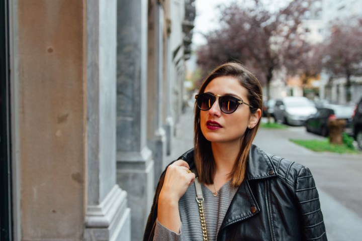 Swiss blogger wearing an outfit with sunglasses and red lips