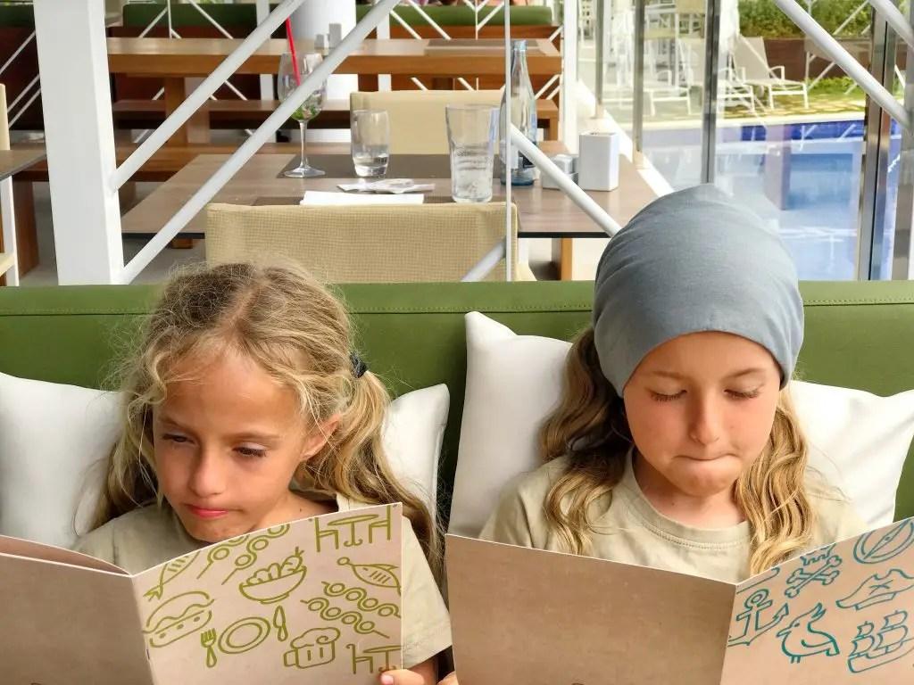 Zafiro Palace Palmanova - girls cannot decide what to orde