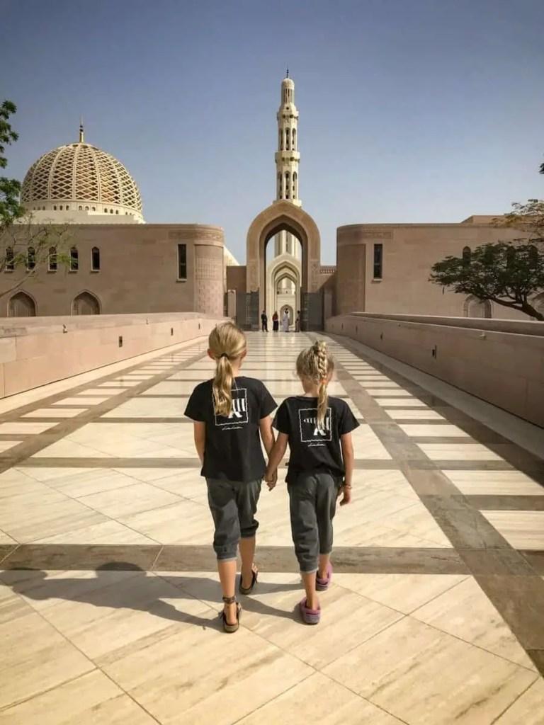 Wielki Meczet Sultana Kabusa w stolicy Omanu Muskacie the travelling twins