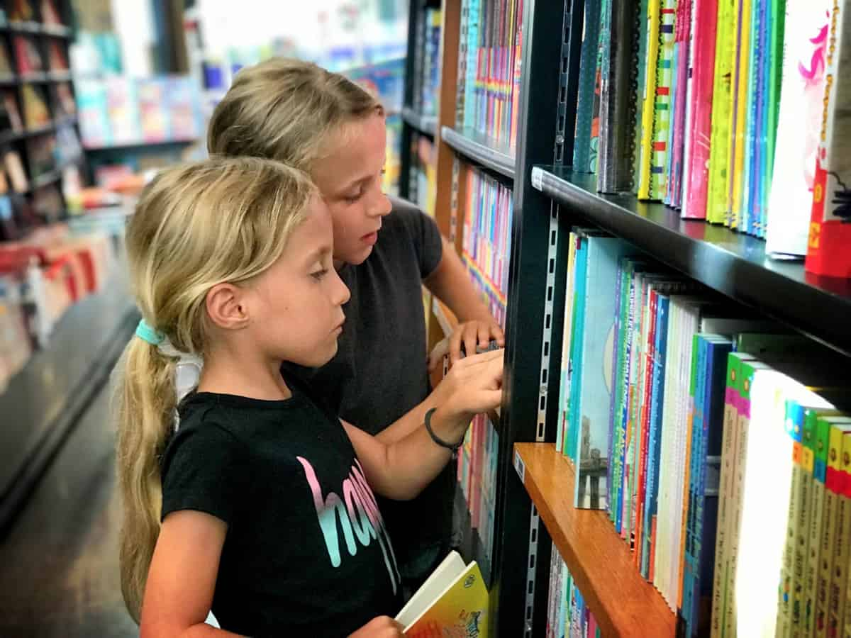 kids travel books - kids looking at the books