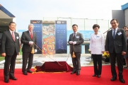 "<h5>Thanks Deutsche Botschaft Seoul</h5><p>Bundespräsident Joachim Gauck (2.v.l.) und Koreas Minister für Wiedervereinigung Hong Yong-pyo (3.v.l.) in Dorasan. © <a href=""http://www.auswaertiges-amt.de/DE/Startseite_node.html"" target=""_blank"">Deutsche Botschaft Seoul</a></p>"
