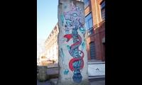 """<h5>Köpenicker Straße</h5><p>Köpenicker 76 (1/2) <strong>SAGE</strong> © <a href=""""https://bit.ly/2O7jC2B"""" target=""""_blank"""">Murales Berlin/Facebook</a><br>Datum der Aufnahme: 2018</p>"""