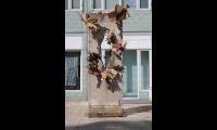 "<h5>Friedrich-/Kochstraße</h5><p>Friedrich-/Kochstraße (2/3) <strong>Mauermuseum - Museum Haus am Checkpoint Charlie</strong> © <a href=""http://mauermuseum.de"" target=""_blank"">Mauermuseum - Museum Haus am Checkpoint Charlie, Berlin</a> Ein ähnliches Segment steht in <a href=""https://the-wall-net.org/moskau-rus/"" target=""_blank"">Moscow</a><br>Datum der Aufnahme: 2018                                                                                                                                                         </p>"
