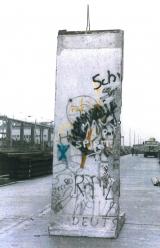 """<h5>Thanks Sabine Kurz</h5><p>Das Foto wurde in Berlin unmittelbar nach der Demontage der Berliner Mauer aufgenommen. Zur Zeit ist das Segment eingelagert. © <a href=""""http://probst-bautraeger.de/"""" target=""""_blank"""">Kurz</a></p>"""