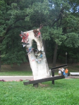 """<h5>Die Berliner Mauer in Moskau, Russland</h5><p>Details, Copyright: <a href=""""http://the-wall-net.org/?p=1091"""" >Moskau, RUS</a> / Mehr <a href=""""http://the-wall-net.org/category/the-berlin-wall/eur/"""" >Standorte Europa</a></p>"""