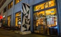 """<h5>Potsdamer Platz</h5><p>Potsdamer Platz 1 <strong>Ristorante essenza</strong> © <a href=""""https://bit.ly/2FYq7VO"""" target=""""_blank"""">Ristorante essenza/facebook</a><br>Datum der Aufnahme: 2017                                                                                                                                                                                                            </p>"""
