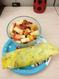 Omlete and fruit