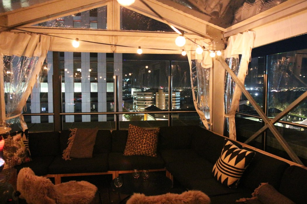 Just check out how cosy this rooftop looks! 2kw bar and restaurant winter