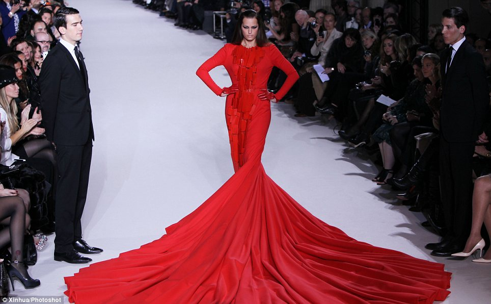 Yasmin Le Bon Models 110-Pound Dress By Stephan Rolland (1/5)