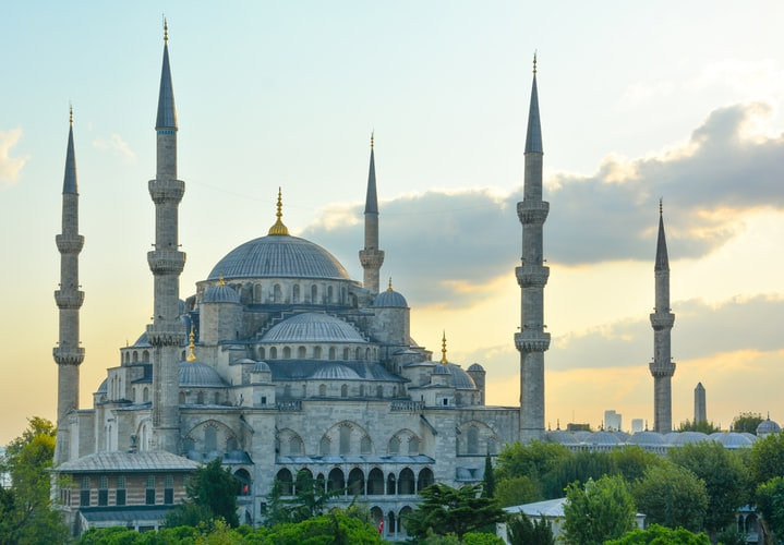 visiting the blue mosque is one of the free things to do in istanbul