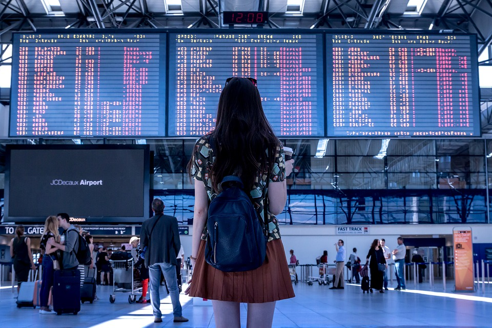 Wondering what to do if youre flying for the first time? Reading this first time flying guide to get details on when to arrive at the airport, what to do at the airport and all other airport tips. #flighttips #tipsforfirsttimefllyers