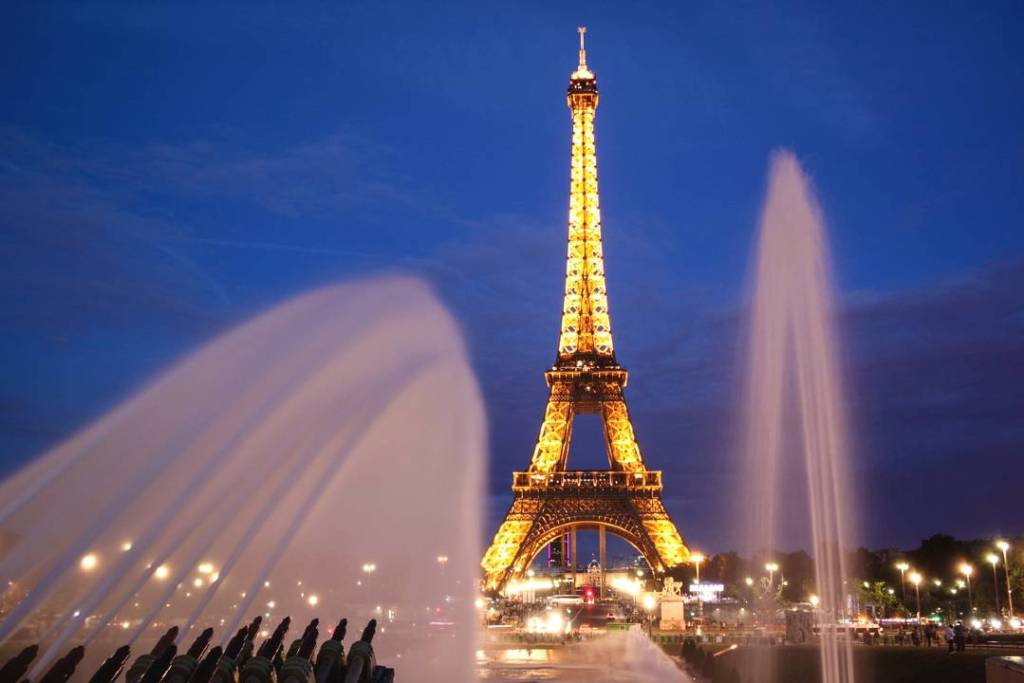 twinkling lights of the eiffel tower