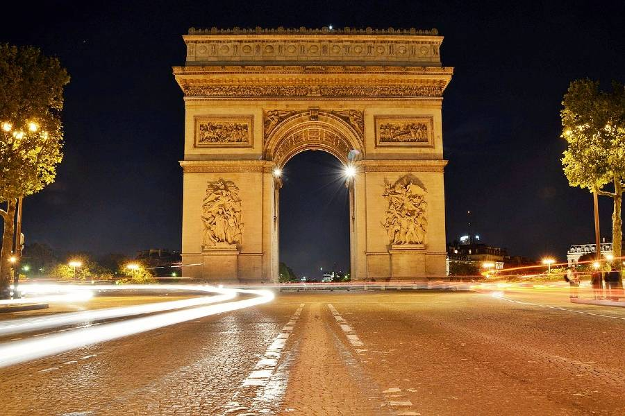 Arch de Triomphe is one of the famous French monuments
